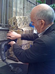 Pierre Edouard termine la patine de sa sculpture à la main, atelier Fonderie d'art Godard, 5 mai 2011