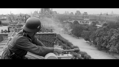 Soldat allemand qui s'apprête à lancer une grenade dans le jardin des Tuileries.