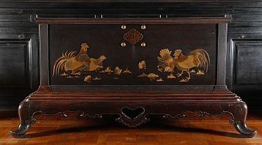 Coffre japonais en bois et laque du XVIIIe siècle. Sur les panneaux de laque noire, on peut voir en léger relief des poules, coqs et poussins picorant.  Inv. OA 1798, Chantilly – musée Condé