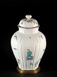 Deux vases couverts identiques, à décor kakiémon dit «aux personnages», en porcelaine du Japon (Arita, 1690-1700) et de Chantilly (vers 1735). Inv. OA 1031-1032, Chantilly – musée Condé