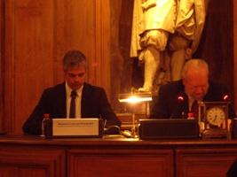 Laurent Wauquiez, ministre de l'Enseignement supérieur et de la Recherche et Jean Baechler, président de l'Académie des sciences morales et politiques à la tribune