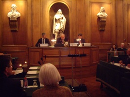 Laurent Wauquiez, Jean Baechler et Xavier Darcos à la tribune de la grande salle des séances
