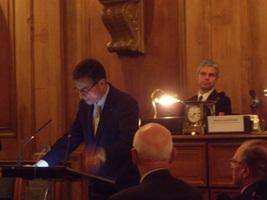 Antoine Compagnon lisant son discours