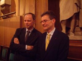 Le lauréat 2011 Antoine Compagnon (à droite) et le lauréat 2010 Jean Tirole (à gauche)