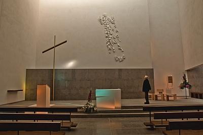 Intérieur de l'église du Rosaire des Lilas, Claude Abeille, Christ en Gloire, sculpture 2011