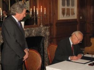 Raymond Ardaillou, secrétaire perpétuel signant les accords de coopération du 24 octobre 2011
