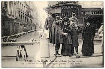 La grande crue de la Seine (janvier 1910). Sur les passerelles, un agent galant