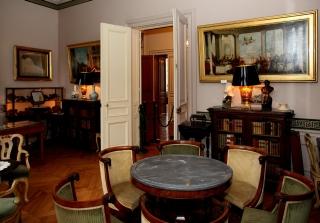 """Cabinet particulier de M.Thiers. Au mur, deux copies de tableaux """"importées"""" d'Italie"""