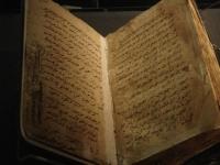 Manuscrit du premier siècle de l'hégire exposé à la bibliothèque d'Alexandrie en Égypte.