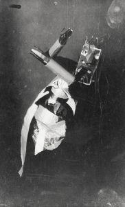 Anonyme, Sophie Taeuber-Arp dansant avec un masque de Marcel Janco au Cabaret Voltaire, Zürich, 1916