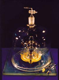 Le «K», cylindre de platine qui sert de référence internationale à la mesure du kilogramme depuis 1889. Il est conservé dans une pièce climatisée, sous trois cloches de verre au pavillon de Breteuil, à Sèvres, près de Paris, en France.