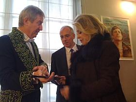 Catherine Deneuve remet à régis Wargnier son épée d'académicien, 1er février 2012