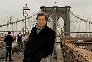 """Patrick de Carolis sur le pont de Brooklyn, """"Le Grand Tour"""", 2012"""