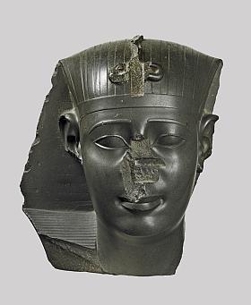 Dans le cadre de l'exposition {Le crépuscule des pharaons}, Musée Jacquemart-André (mars-juillet 2012)  - Tête attribuée à Nectanébo I<sup>er<\/sup>, XXX<sup>e<\/sup> dynastie, grauwacke, 38,5 cm (H)  Londres, British Museum