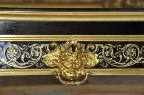Détail du bureau plat exécuté par A.C Boulle pour le Prince de Condé, dans le Cabinet d'angle du Château de Chantilly