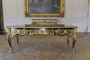 Le bureau plat exécuté par A.C Boulle pour le Prince de Condé, dans le Cabinet d'angle du Château de Chantilly