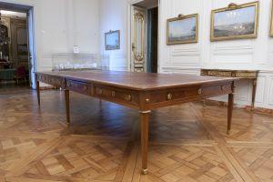 La table de la bibliothèque privée de Louis XVI au château de Versailles