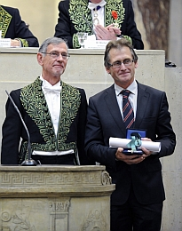 Remise du Prix scientifique de la Fondation Simone et Cino del Duca sur le thème Les machines moléculaires et les nanomachines biologiques à Ben L. Feringa par Daniel Mansu, membre de l'Académie des sciences
