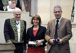 Remise du Prix scientifque de la Fondation NRJ dans le domaine des neurosciences, sur le thème Physiologie et physiopathologie des troubles du sommeil à Isabelle Arnulf et Mehdi Tafti par Jean-François Bach, secrétaire perpétuel de l'Académie des sciences