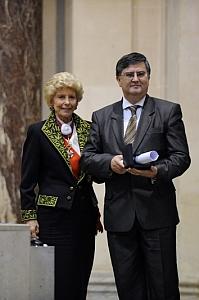 Remise du Prix culturel de la Fondation Louis D. à l'Université de Bucarest, représentée par son recteur, Mircea Dumitru, pour le Centre régional francophone d'études avancées en sciences sociales (CeReFREA), par Hélène Carrère d'Encausse, Secrétaire perpétuel de l'Académie française