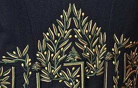 l'habit vert d'Amin Maalouf a été taillé et brodé chez le tailleur Alain Stark. La brodeuse Nicole a ajouté entre les lauriers quelques minuscules cèdres du Liban(détails)