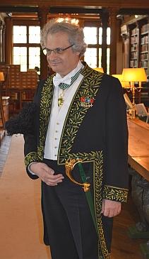 Amin Maalouf dans la bibliothèque de l'Institut de France
