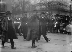 """Le maréchal Joffre aux Etats-Unis en 1916. Il est accueilli """"en véritable dieu"""""""