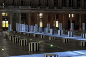 «Les Deux Plateaux», sculpture in situ, Paris, avril 1968. permanente, cour d'honneur du Palais-Royal, Paris,1985-1986.