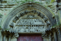 Semur, détail du tympan du portail