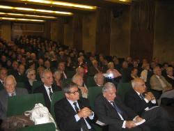 """Un auditoire attentif réuni en 2011, à l'Institut de France, pour un colloque à thématique scientifique:""""La découverte de la Terre"""" qui a donné lieu à l'édition d'un livre présentant les actes de ce colloque 2011"""