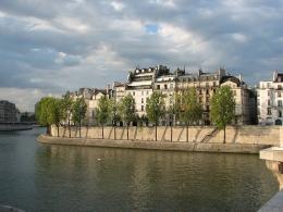Le sud de l'île Saint-Louis, avec le quai d'Orléans, vu depuis le pont de la Tournelle.