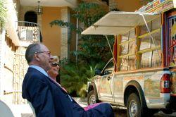 Présentation du bibliotaptap à M.de Broglie et MmeCarrère d'Encausse. – à Port-au-Prince.