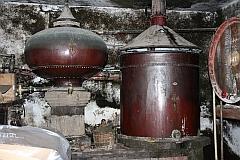 Ancien Alambic charentais servant à la distillation du Cognac, utilisé jusqu'en 1979 dans une exploitation viticole à Cherves de Cognac, Charente, Poitou-Charentes, France.