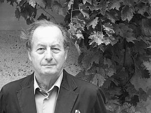 Jean-Marie Rouart, de l'Académie française dans la Cour d'honneur de l'Institut de France