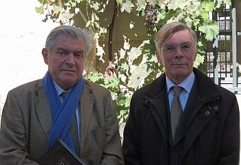 Bernard Esambert et Jean-Michel Treille dans la Cour d'Honneur de l'Institut de France