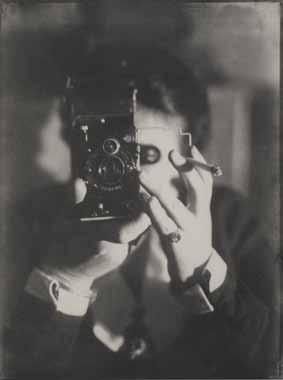 Germaine Krull, Selbstporträt mit Ikarette, <link:Autoportrait avec Ikarette>, 1925 Épreuve gélatino-argentique 23,6 × 17,5 cm© Photo Georges Meguerditchian - Centre Pompidou, MNAM-CCI