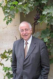 Jean-Robert Pitte, de l'Académie des sciences morales et politiques dans la Cour d'honneur de l'Institut de France