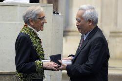 Remise du Prix mondial de la Fondation Simone et Cino del Duca à Trinh Xuan Thuan par Yves Pouliquen