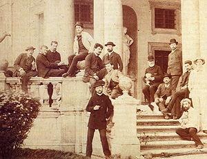 Debussy à la Villa Médicis à Rome en 1885. Le compositeur est en haut au centre, en veste blanche.