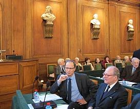Jean Tirole (à gauche) et le Chancelier Gabriel de Broglie en salle des séances à l'Institut de France