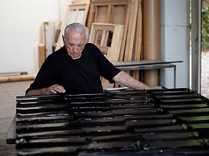 Pierre Soulages dans son atelier à Sète ©Adagp 2012. Photo V. Cunillère