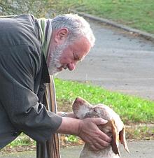 """André Demontoy, """"vétérinaire à vie"""" et son chien Argos"""