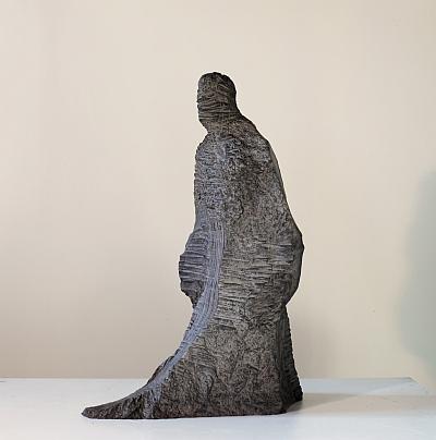 """Jean Anguera, """"La terre renversée - l'homme jusqu'à la plaine"""" 2012 résine polyester chargée de cendre et sable, patine résine acrylique, dimensions hauteur 102 cm x largeur 38 cm x profondeur75 cm"""