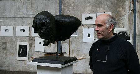 Pierre-Edouard dans son atelier le 13 mars 2010, devant l'une de ses sculptures et ses gravures.