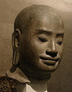 Portrait présumé de Jayavarman VII. Cambodge, région d'Angkor (?),style du Bayon, fin 12ème - début du 13ème siècle, grès. Musée Guimet, Paris.